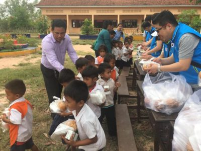Korean Rotary Club distributing snacks