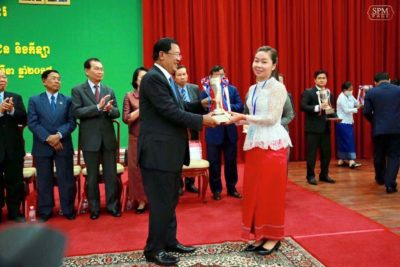 Chhiv Leng receiving her award from Hun Sen